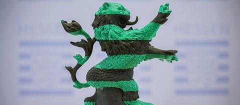 Der hessische Löwe grün-schwarz gestreift.