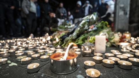 In Malmö haben Menschen Kerzen und Blumen auf den Bürgersteig gelegt, nachdem dort ein 15-Jähriger erschossen wurde.
