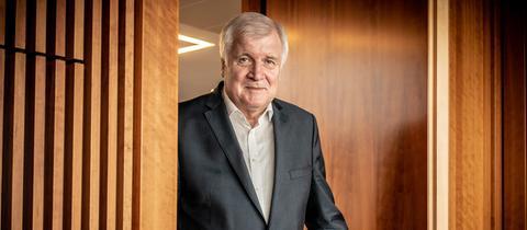 Horst Seehofer geht durch eine Tür