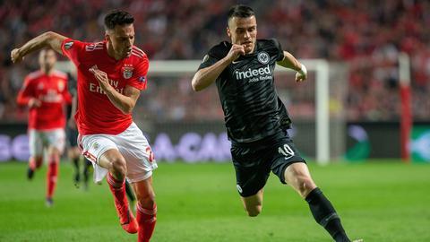 Ein Zweikampf aus dem Hinspiel der Eintracht gegen Lissabon