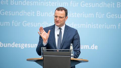 Jens Spahn bei einer Pressekonferenz am Rednerpult