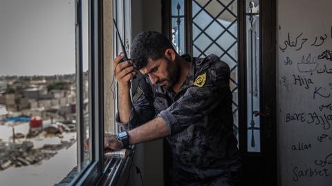 Ein syrischer Rebell kommuniziert mit einem Walkie-Talkie.
