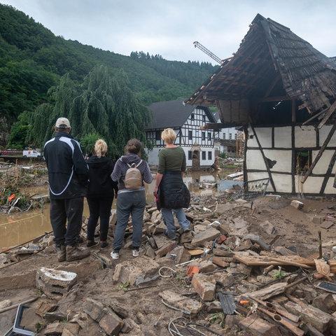 Die Menschen schauen in dem Ort im Kreis Ahrweiler nach dem Unwetter auf die Zerstörungen.