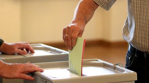 Ein Wähler bei der Stimmabgabe
