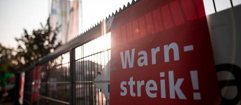 Auf einem Schild am Eingang eines Recyclinghofs in Duisburg wird auf den Warnstreik hingewiesen.