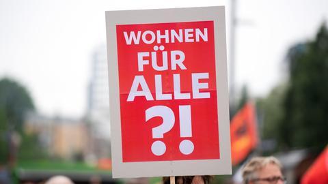 """Auf einem Schild bei einer Demo steht """"Wohnen für ALLE?!"""""""