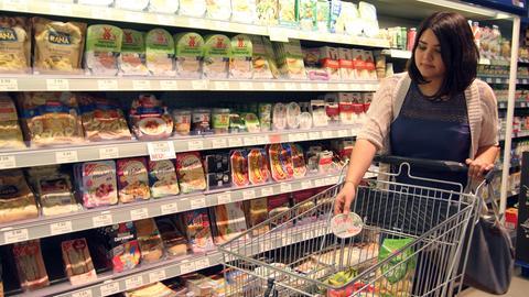 dpa Supermarkt - Frau beim Einkaufen