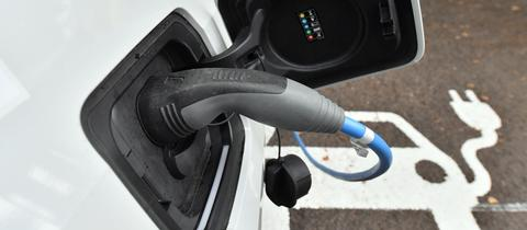 E-Auto tankt Strom