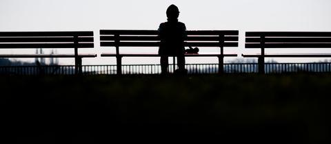 Einsamer Mensch auf einer Bank