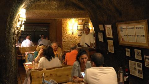 """Gäste sitzen im Restaurant """"El Capricho"""" in León"""