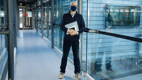 Der Leiter der Empa-Ökobilanz-Gruppe Roland Hischier steht mit Maske in einem Flur.