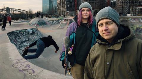 Philipp Engel mit einer Jugendlichen am Skateplatz