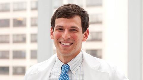 David Fajgenbaum im Ärztekittel