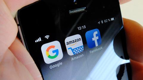 Facebook-, Amazon- und Google-Apps auf einem Smartphone
