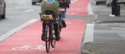 Zwei Fahradfahrerinnen auf einem roten Fahrradweg