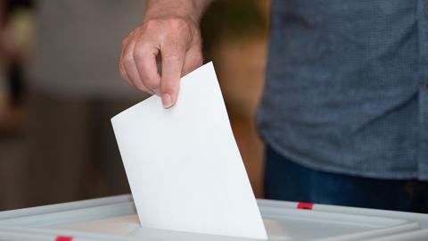 Sujetbild: Ein Wähler wirft seinen Stimmzettel in eine Wahlurne.