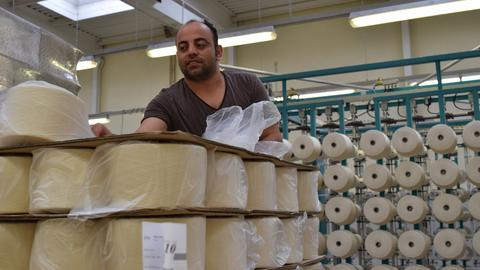 Flüchtling Abdullah (Irak) in der Weberei Langheinrich