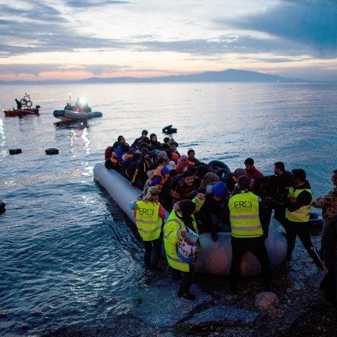 Flüchtlinge kommen per Schlauchboot auf der griechischen Insel Lesbos an