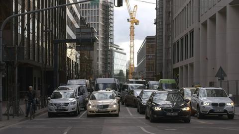 Verkehr zwischen Hochhäusern