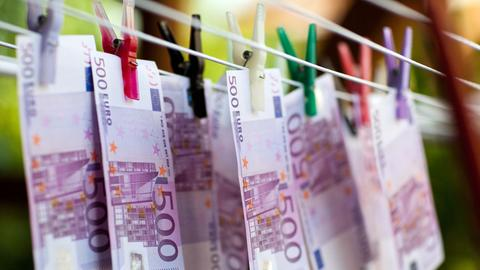 500-Euro-Scheine, die auf einer Wäscheleine aufgehängt sind