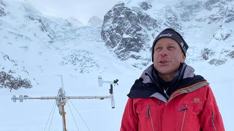 Der Glaziologe Felix Keller will mit seiner Beschneiungsanlage das Abschmelzen des Morteratsch-Gletschers im Engadin hinauszögern.