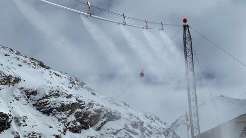 Rund drei Millionen Tonnen Schnee müsste die Pilotanlage pro Jahr produzieren, um den Gletscher zu schützen.