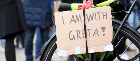 """Schild mit der Aufschrift """"I am with Greta"""" bei einem Schülerprotest in Berlin"""