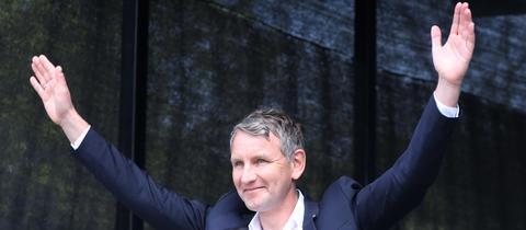 Björn Höcke hebt bei einer Demonstration im Mai die Arme und lässt sich von seinen Anhängern feiern