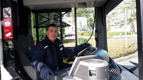 Busfahrer Klaus Finger in seinem Bus