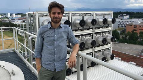 Valentin Gutknecht vor dem CO2-Sauger