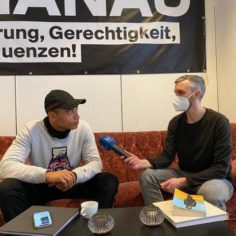 hr-iNFO-Redakteur Heiko Schneider im Gespräch zu Hanau