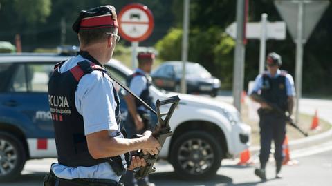 Polizisten an dem Ort, an dem der mutmaßliche Attentäter von Barcelona erschossen wurde.