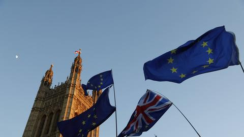 EU-Fahnen und britische Fahnen vor dem Parlamentsgebäude in London.