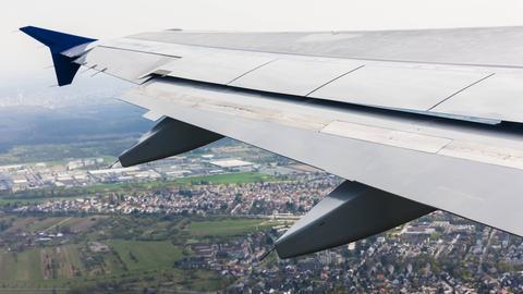 Der Flügel eines Flugzeugs, das sich gerade im Landeanflug befindet.