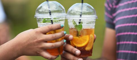 Tennis-Fans erfrischen sich beim Wimbledon-Turnier mit zuckerhaltigen Getränken.