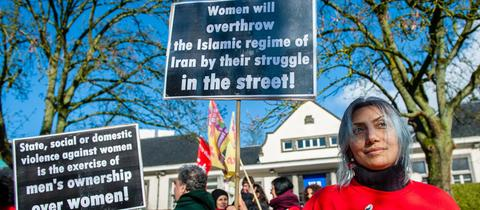 Iranische Frauen demonstrieren vor der Botschaft in Brüssel.