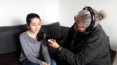 hr-iNFO-Reporter Stefan Bücheler mit Nada Jabas
