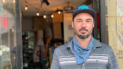 Josh James vor seinem alkoholfreien Ocean Beach Cafe
