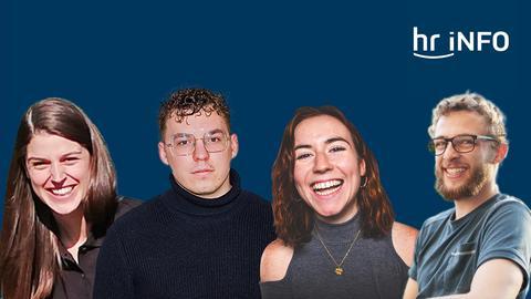 Vier junge Menschen, zwei Frauen, zwei Männer, schauen vor blauem Hintergrund in die Kamera