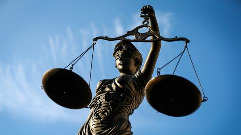 Justitia-Statue mit Waage in der Hand