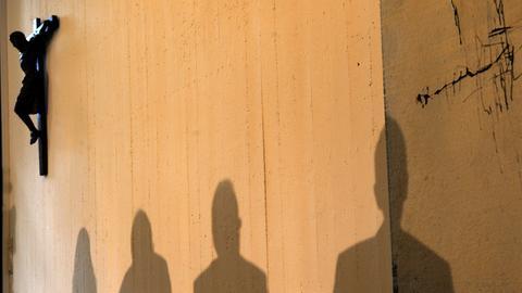 Bei der Pressekonferenz der Deutschen Bischofskonferenz werfen die Protagonisten Schatten bei der Vorstellung der neuen Missbrauchsleitlinien der katholischen Kirche.