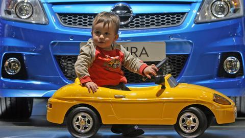 Kleiner Junge in einem Spielzeugauto