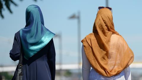 Zwei Frauen mit Kopftuch