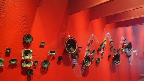 Lautsprecher an einer roten Wand
