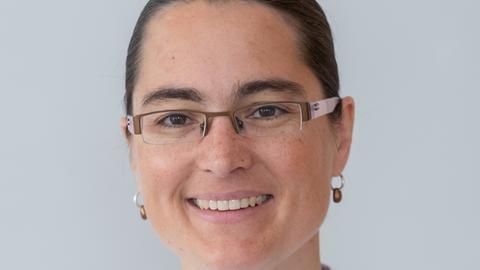 Portrait Frau mit Zopf und Brille