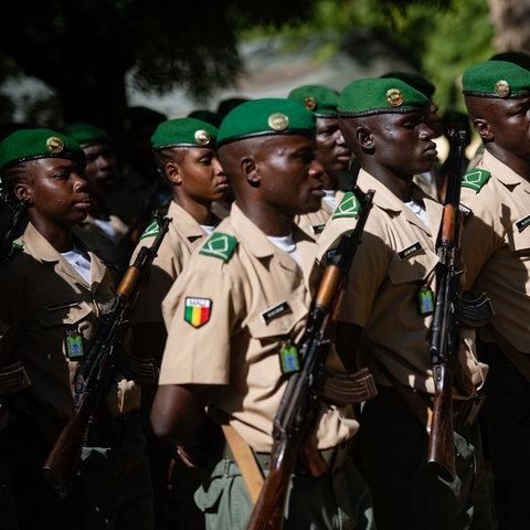 Malische Soldaten in Reihe