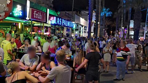 "Dichtes Gedränge an der ""Bierstraße"" in Palma de Mallorca."