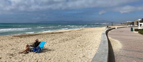 Die Playa de Palma, der viereinhalb Kilometer lange Strand vor den Toren der Inselhauptstadt, ist so gut wie leer