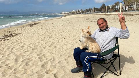 Mallorquiner Toni alleine am Strand