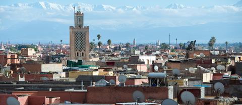 Marrakesch mit der Koutoubia-Moschee und dem Atlas Gebirge im Hintergrund